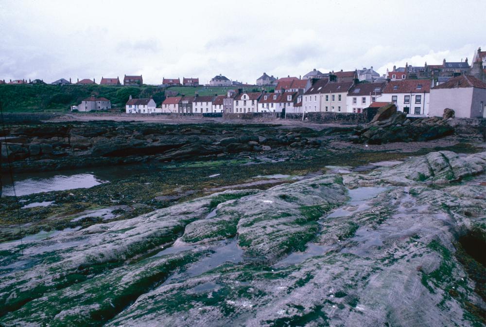 Großbritannien, Schottland, East Neuk of Fife, Anstruther, Fischerhäuser hinter den mossbewachsenene Felsen am Hafen (1987)