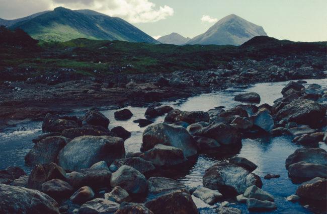 Großbritannien, Schottland, Skye, Hügel und Bachlauf mit Geröll (1987)