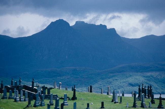 Großbritannien, Schottland, Kyle of Tongue, Friedhof und Berge mit Ben Loyal (1987)