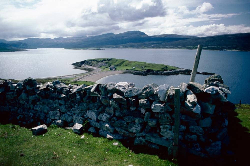 Großbritannien, Schottland, Loch Eriboll, Insel im See und Steinmauern an den Feldern (1987)