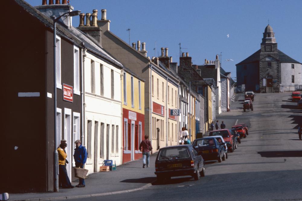 Großbritannien, Schottland, Islay, Bowmore, Hauptstraße und Kirche (1987)