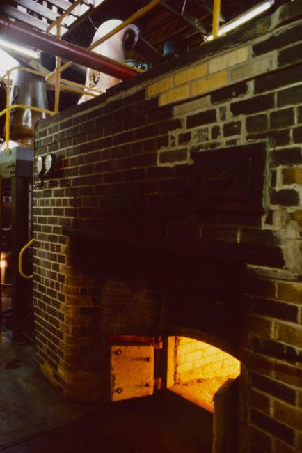 Großbritannien, Schottland, Speyside, Strathisla Distillery, Kohlefeuer unter der Brennblase (1987)