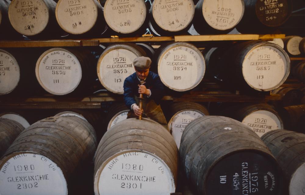 Großbritannien, Schottland, Lowlands, Glenkinchie Distillery Fassprobenentnahme (1987)