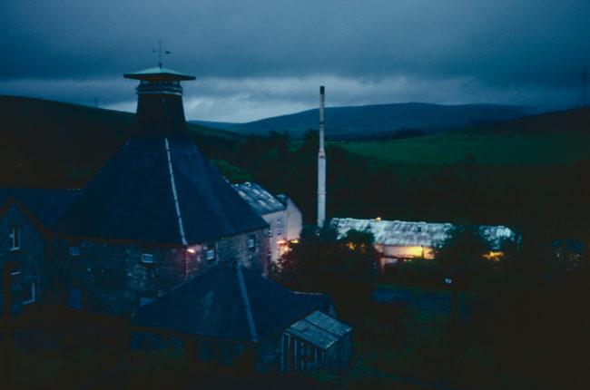 Großbritannien, Schottland, Dufftown, Mortlach Distillery bei Nacht (1987)