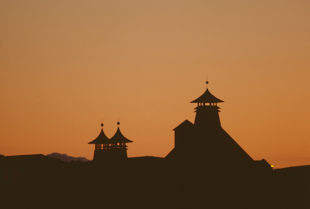 Großbritannien, Schottland, Islay, Port Ellen Distillery, Silhouette bei Sonnenuntergang (1987)
