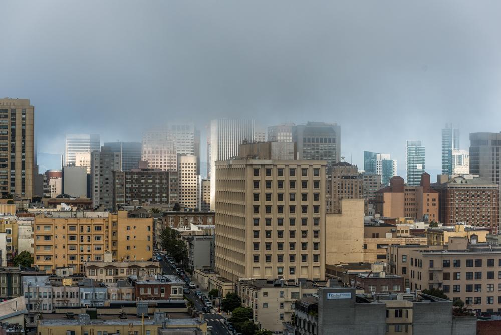 USA, Kalifornien, San Francisco, Blick von Holiday Inn (Van Ness Ave) auf die City unter aufziehenden Wolken (2016)