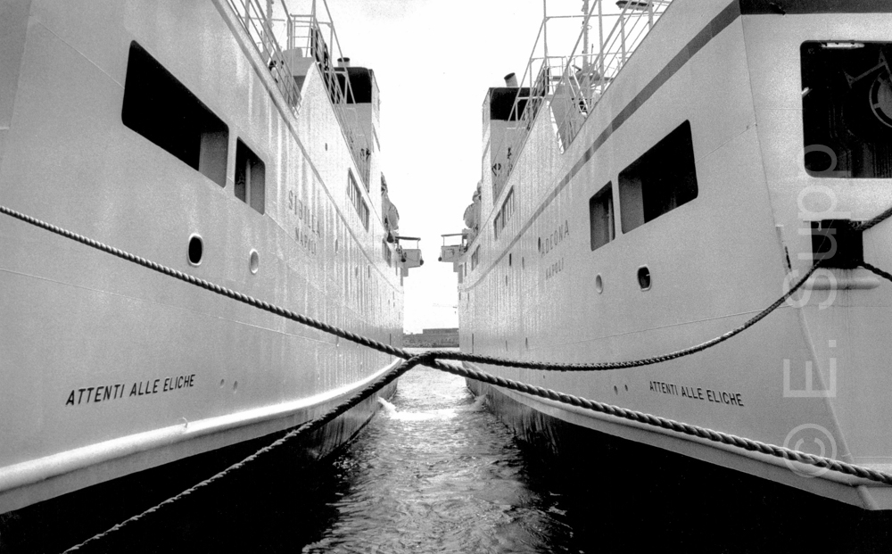 Italien, Neapel, Fährschiffe im Hafen (1985) / Italy, Naples, ferry boats in the harbour (1985)