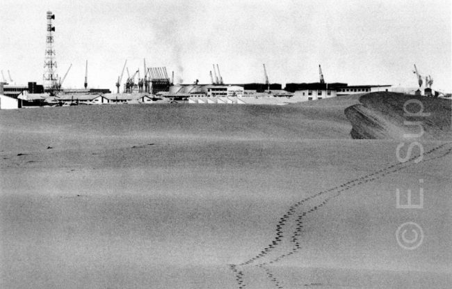 Namibia, Walvis Bay, Tanklager in den Dünen (1978) / Namibia, Walvis Bay, fuel depot in the dunes (1978)