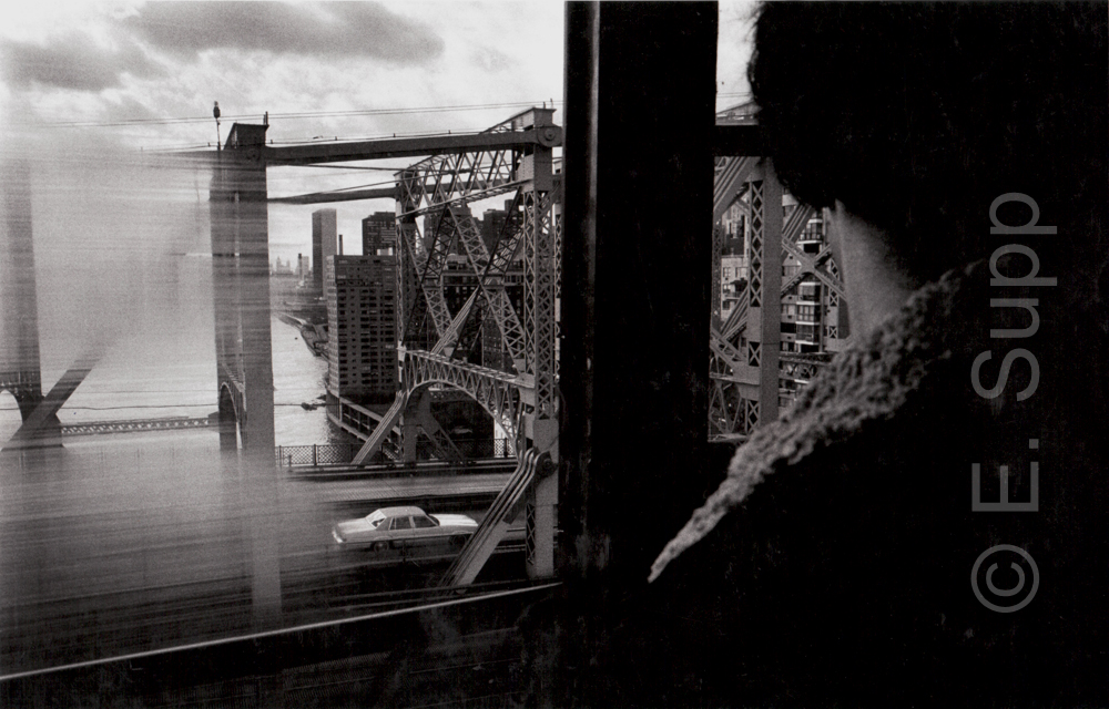 USA, New York, Queensboro Bridge & UN-Gebäude aus der Seilbahngondel nach Roosevelt Island (1980) / USA, New York Manhattan, Queensboro Bridge & UN building seen from cable car to Roosevelt Island (1980)
