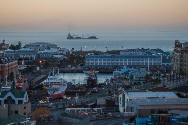 Südafrika, Cape Town, Schiffe im Nebel vor dem Hafen (2006)