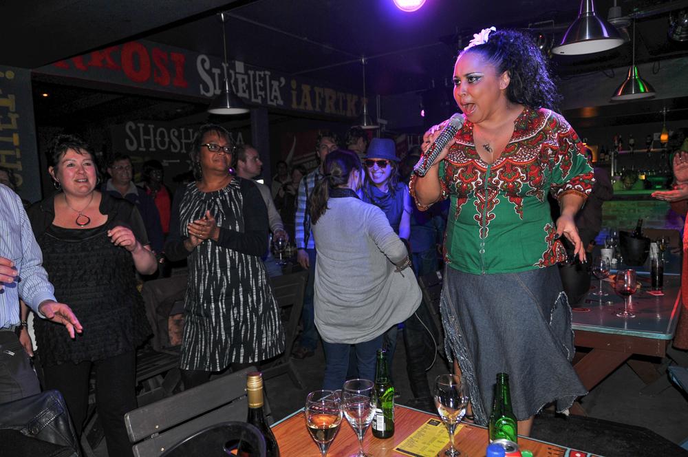 Südafrika, Stellenbosch, AmaZink Gesang und Tanz in Khayamandi Township, Leadsängerin Ramaine (2012)