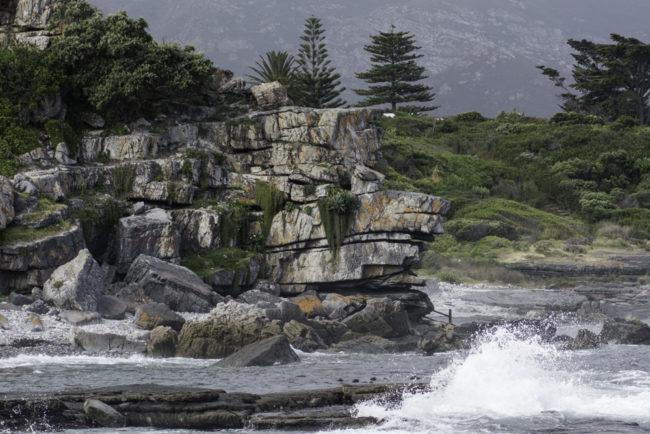 Südafrika, Hermanus, Klippen und Wellen (2014)