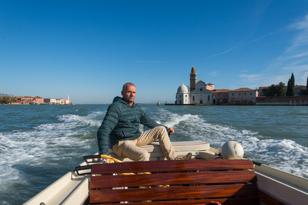 Venedig, Italien, mit dem Motorboot zwischen Murano und Friedhofsinsel San Michele