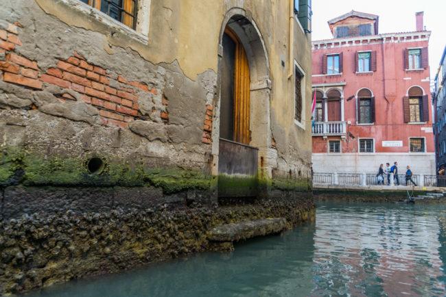 Venedig, Italien, vergammelte Hausfundamente im Kanalwasser