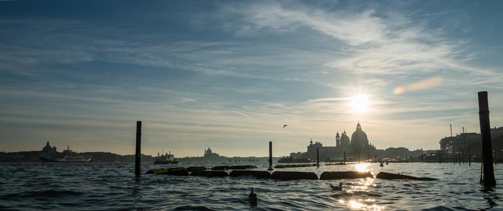 Venedig, Italien, Blick von der Lagune auf Santa Maria della Salute (re) und San Giorgio Maggiore (re)