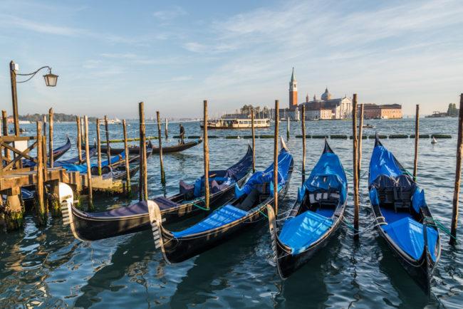 Venedig, Italien, Gondeln vor Dogenpalast mit Blick auf San Giorgio Maggiore