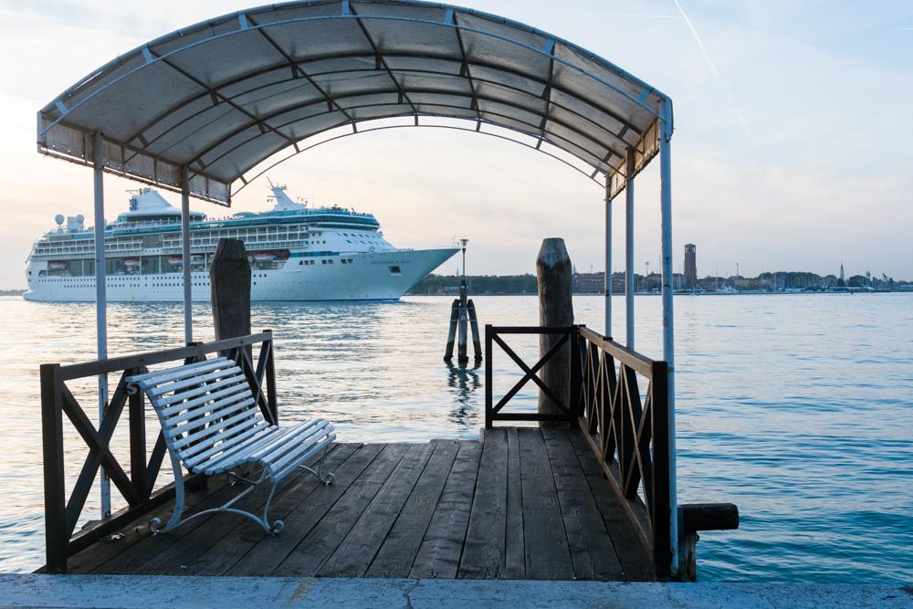 Venedig, Italien, Bootsanleger Lido mit Kreuzfahrer