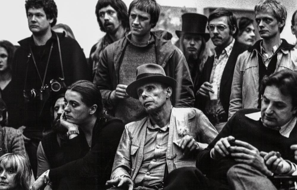 Deutschland, Frankfur, Joseph Beuys und Schüler (1975)