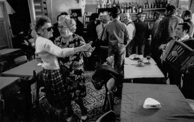 Frankreich, Paris, Montreuil, Tanz im Café am Flohmarkt (1976)