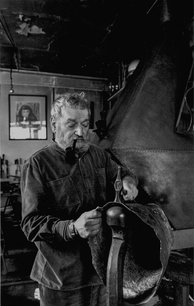 Frankreich, Paris, Kupferschmied Glaser in seiner Werkstatt im Marais (1984)