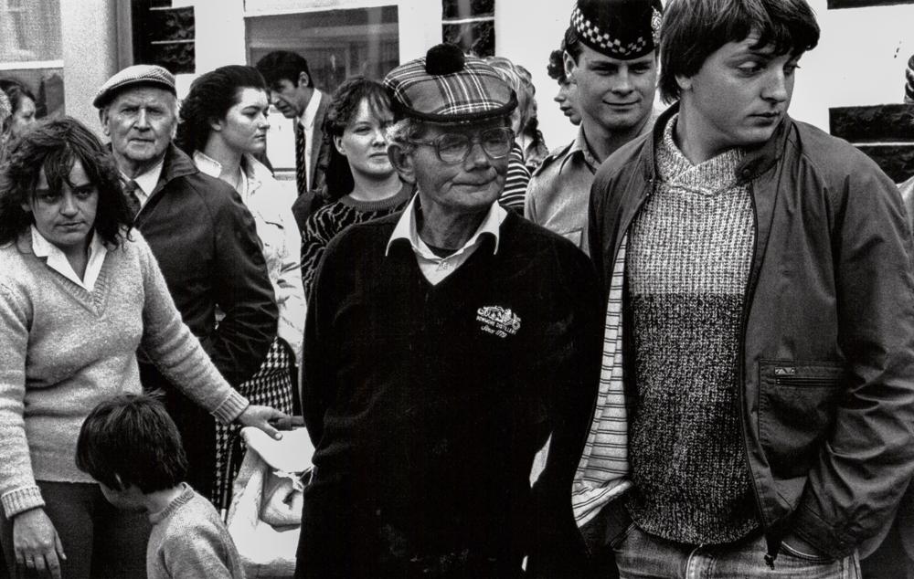 Großbritannien, Schottland, Islay, Dorfbewohner beim Umzug eines Spielmannszugs in Bowmore (1987)