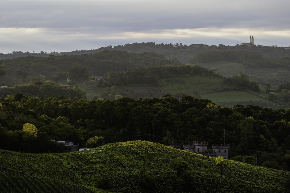Brasilien, Rio Grande do Sul, Vale dos Vinhedos - Blick auf Vinicola Cave de Pedra und Kirchtürme von Monte Belo (2013)