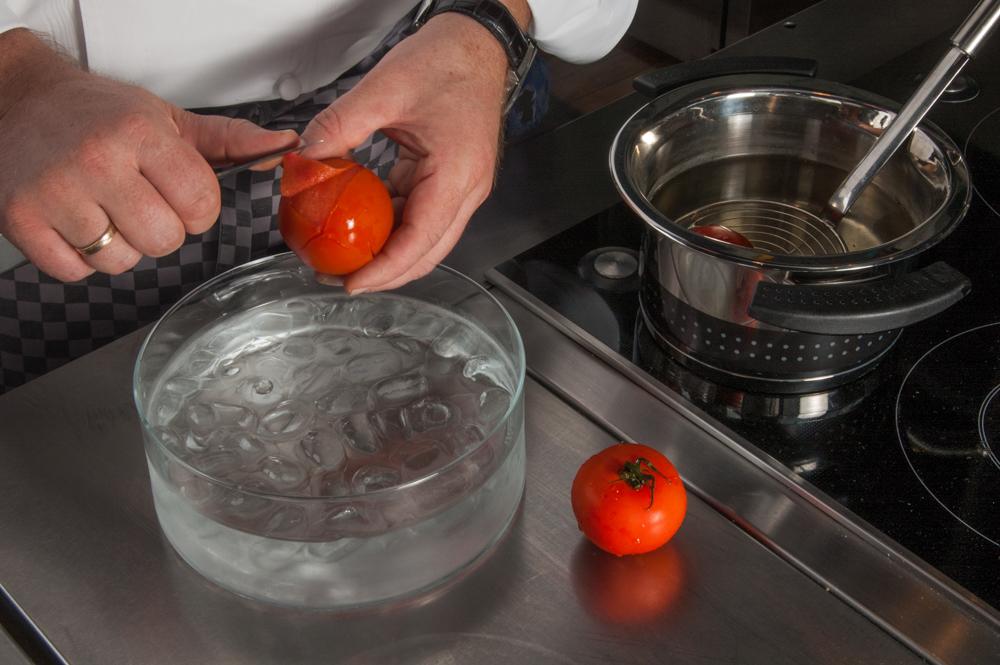 Tomate abziehen - enos-Kochlexikon