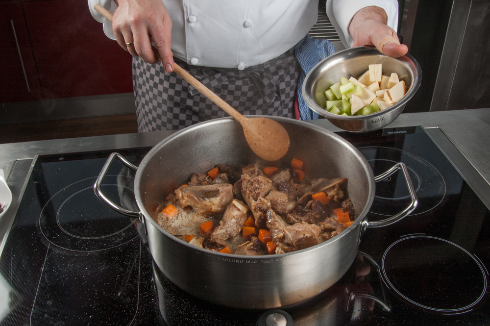 Kalbsfond kochen, Gemüse dazu - enos-Kochlexikon