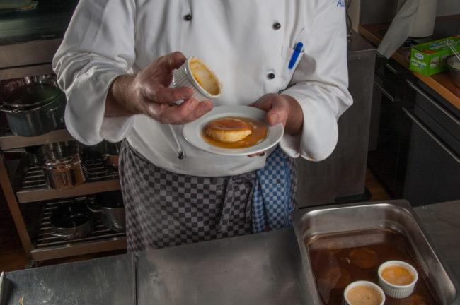 Karamell / Creme caramel machen, fertige Crème caramel stürzen - enos-Kochlexikon