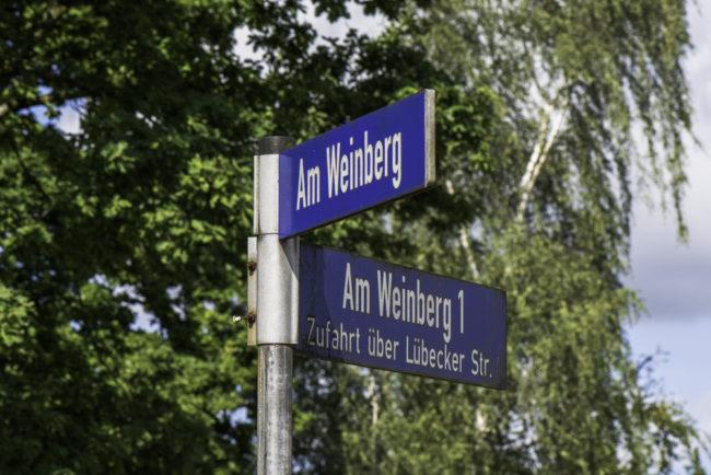 Ahrensburg, Straßenschilder erinnern an einstigen Weinbau