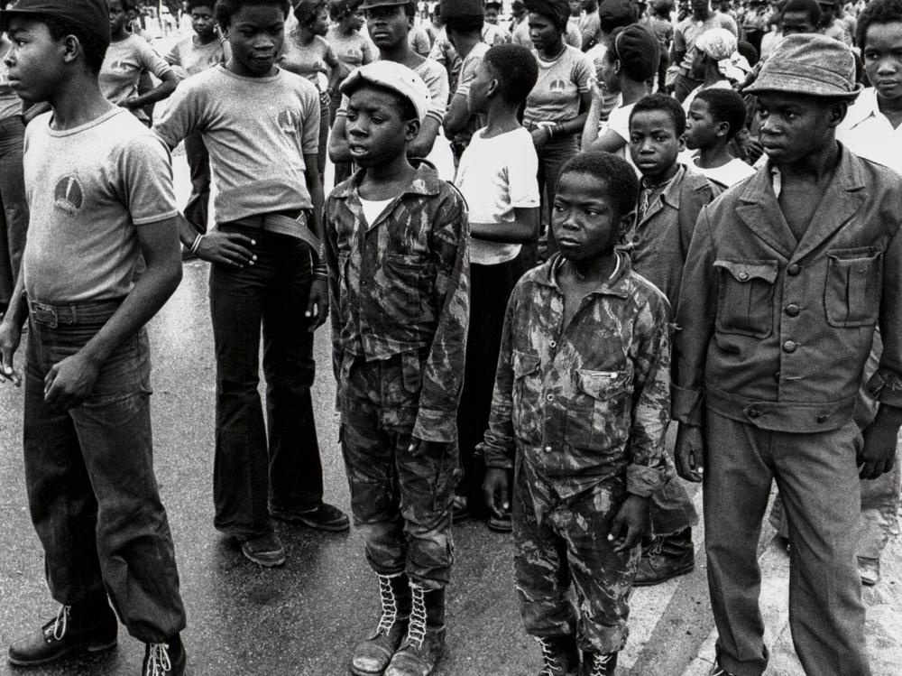 Angola, Luanda, Kindersoldaten auf Milizparade - (1976)