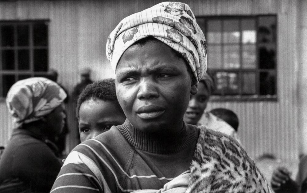Südafrika, Kapstadt, Apartheid, Crossroads, Ihr Mann und Vater wurde bei einer versuchten Räumung von Crossraods von Polizei erschossen - (1978)