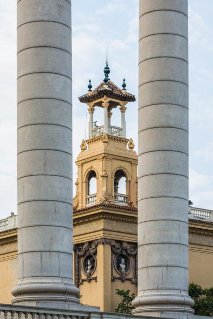 Spanien, Katalonien, Barcelona, Modernisme-Architektur, Säulen auf Plaça Puig i Cadafalch mit Palast Alfons XIII, - (2017)