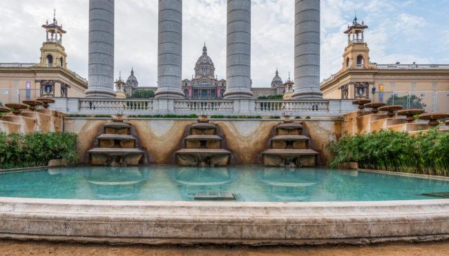 Spanien, Katalonien, Barcelona, Modernisme-Architektur, Säulen auf Plaça Puig i Cadafalch mit Palast Alfons XIII (re) und Victoria Eugenia (li), Palau Nacional - (2017)